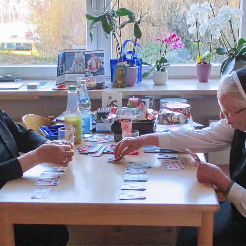 beim Kartenspiel in St. Clara