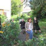 Musikgenießer im Garten von St. Clara
